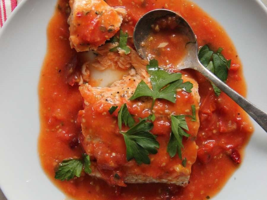 Запеченный лосось в томатном соусе