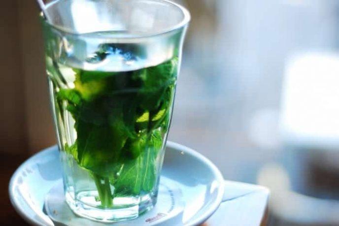 чашечку чая с мятой - 1-2 свежих листика