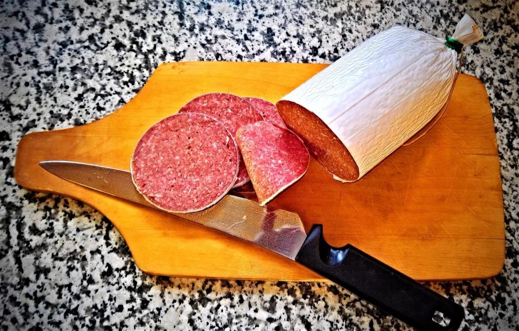 Где много нитрита: мясные деликатесы, сосиски, колбасы.