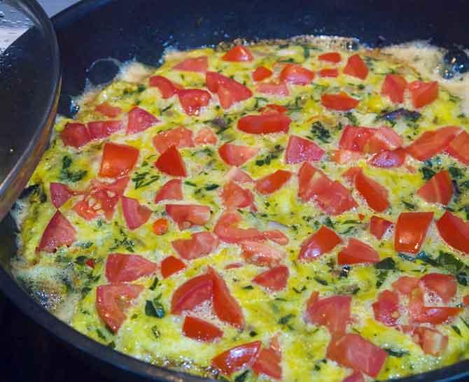 Омлет с отварным мясом и помидорами